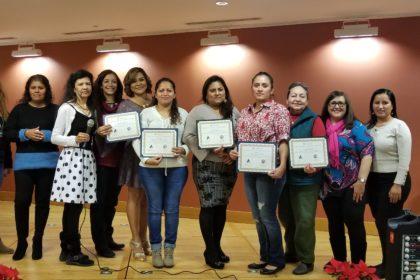 Picture of adult graduates of PARE. Una foto de líderes graduadas del grupo PARE